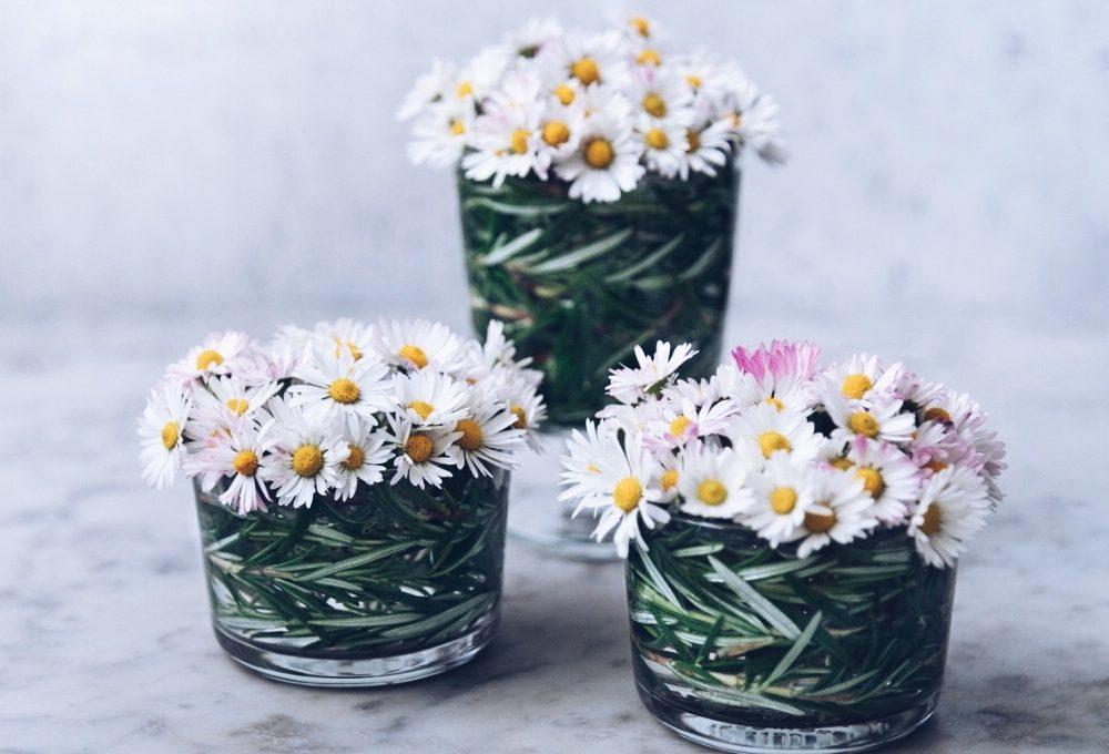 Decorare la tavola con fiori di campo e rosmarino