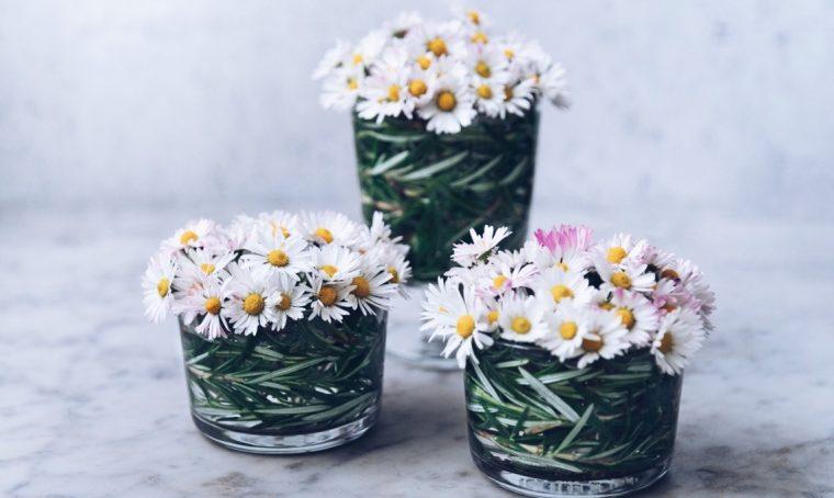 decorare tavola fiori e rosmarino