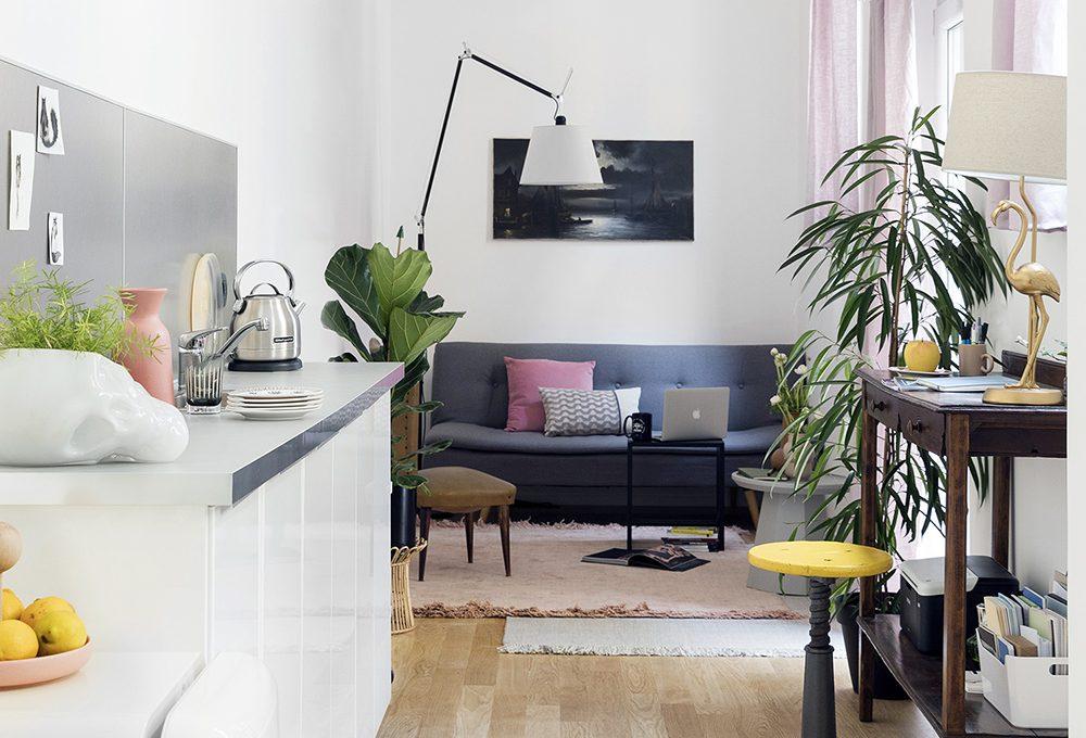 Una ex tipografia lunga e stretta diventa una casa-studio