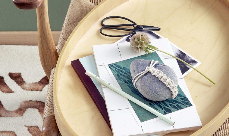 Come realizzare un sasso fermacarte decorato con il macramè