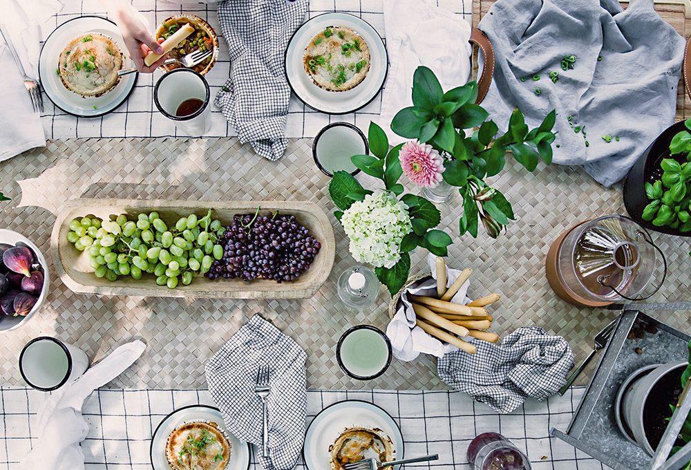 Il fascino dei piatti col filo blu