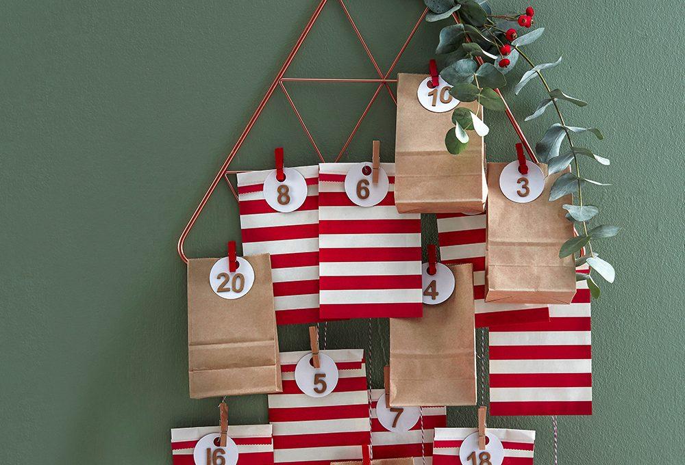 Calendario dell'avvento: la gruccia decorata con i sacchetti
