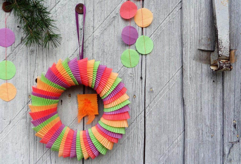 Natale: come creare la ghirlanda di 'pirottini' di carta