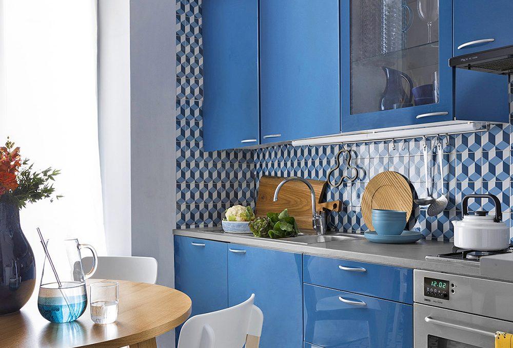 Cambia look alle pareti della cucina con le piastrelle adesive