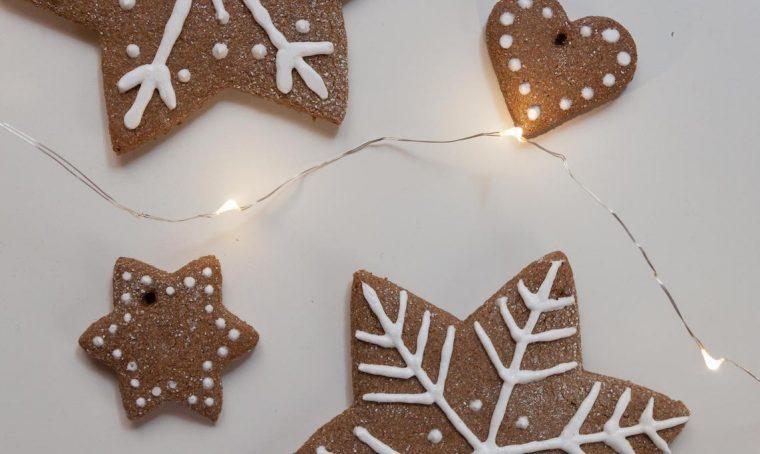 Decorare l'albero di Natale con i Lebkuchen