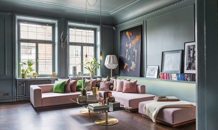 Il colore riempie le stanze di un appartamento a Stoccolma