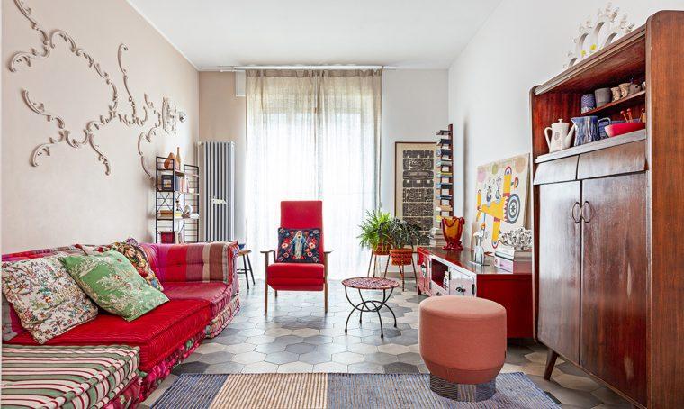 Tanto colore e arredi vintage nella casa della stylist