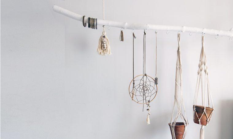 Crea una decorazione sospesa con un ramo dipinto