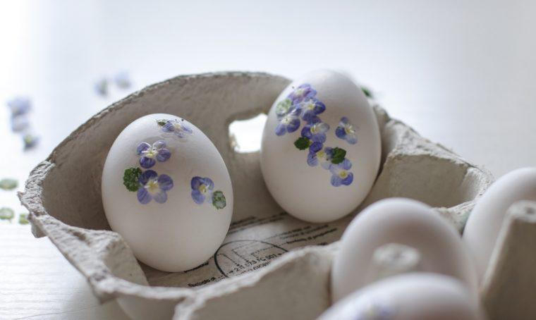 Fiori freschi per decorare le uova di Pasqua