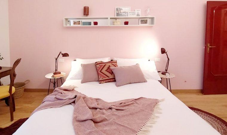 Il colore rosa scelto per rendere moderno un vecchio appartamento