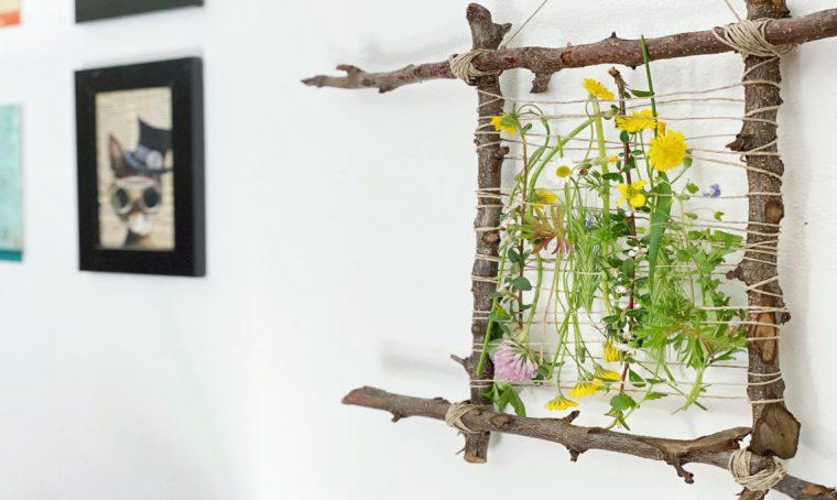 Come realizzare un telaio con rami, fiori ed elementi naturali