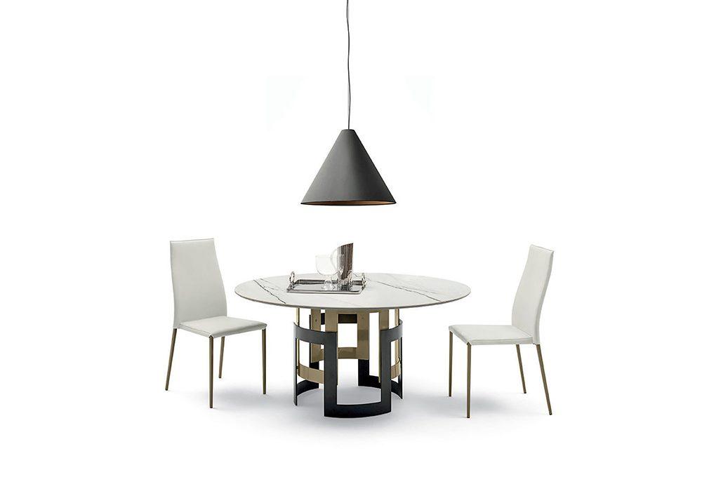 Zona pranzo: tavoli rotondi con gamba centrale