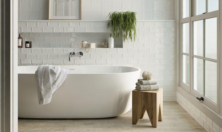 Toni del bianco per un bagno all'insegna della luce