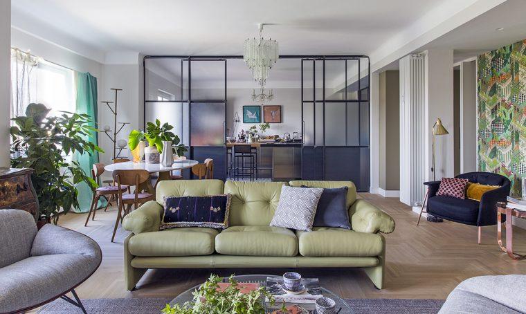 Elementi minimali in metallo scuro valorizzano i vecchi mobili di famiglia