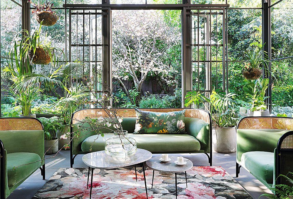 Continuità tra ambienti interni ed esterni nella casa in stile industriale