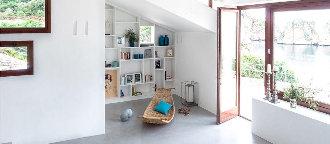 Una villa modernista in cui i colori del mare si mixano con design, arte e artigianato