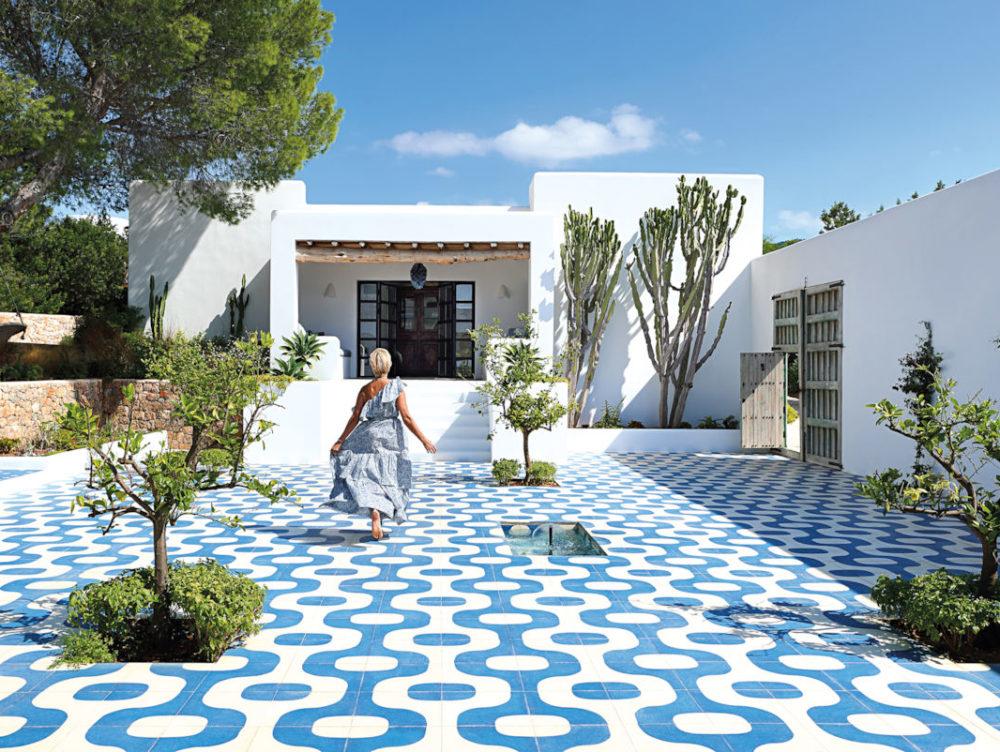 Stile mediterraneo e arredi 'raw' caratterizzano una villa a Ibiza