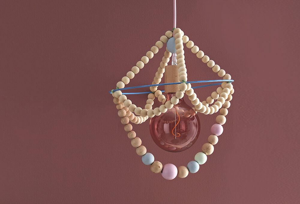 Realizza uno chandelier con le sfere di legno