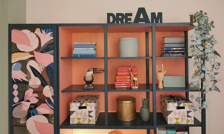 Con il colore la vecchia libreria diventa glam