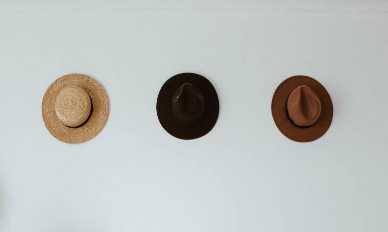 Decorare le pareti con i cappelli