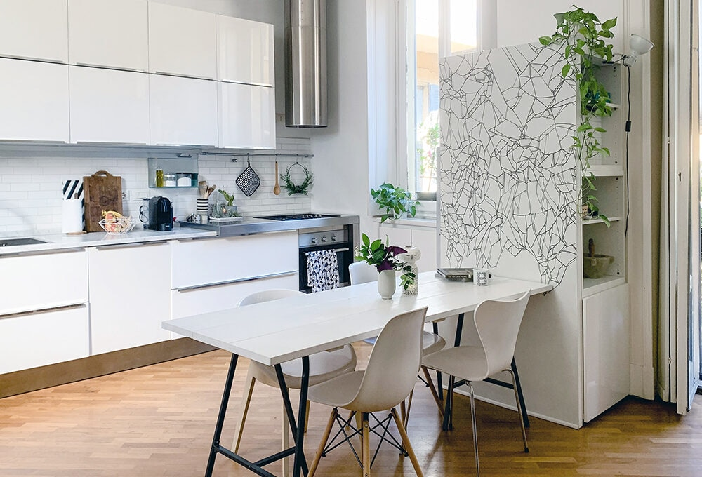 Open space: crea una quinta fai-da-te per mascherare il frigorifero