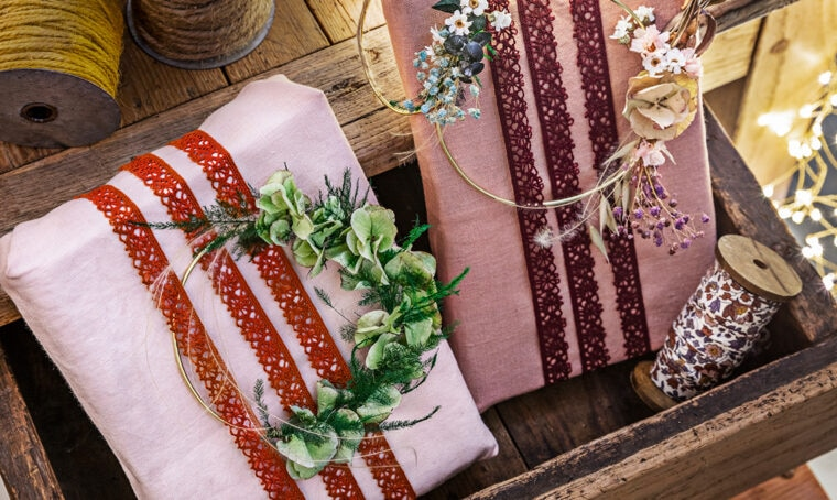 Usa i tessuti per incartare i regali di Natale