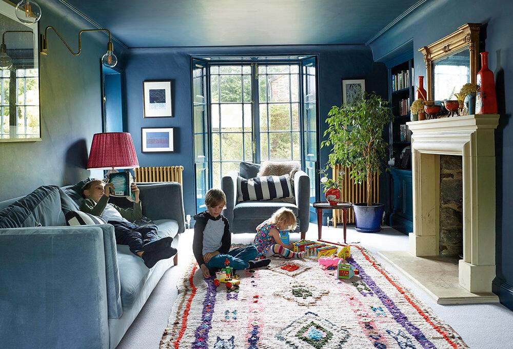 Cottage inglese a tinte forti: colori dark e carte da parati dalle fantasie avvolgenti