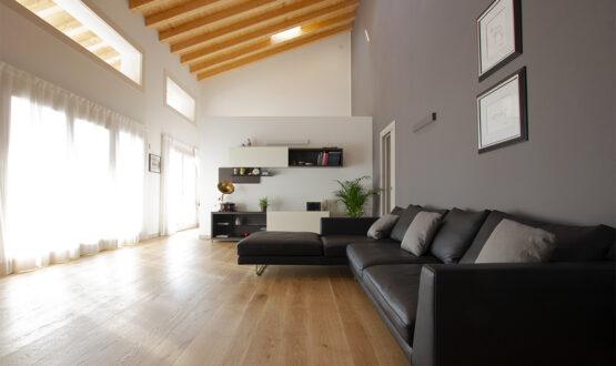 Una casa moderna con soggiorno a doppia altezza e travi a vista