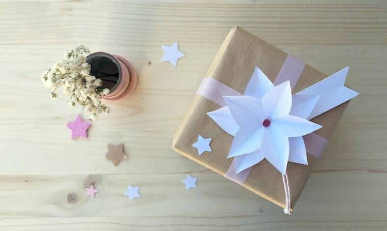 Decora i pacchetti regalo con una stella di Natale origami
