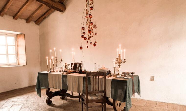 Decora la tavola di Natale con l'albero sospeso