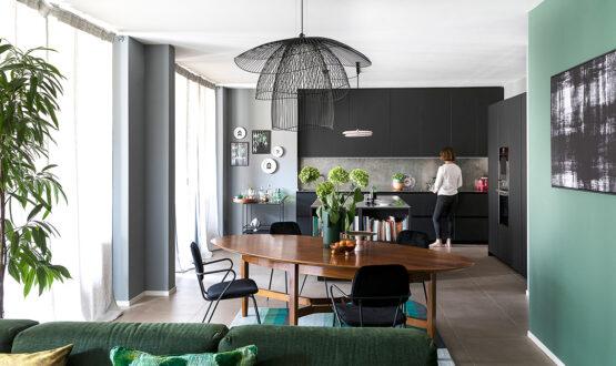 Il colore ricrea gli spazi in una ex fabbrica trasformata in casa di corte