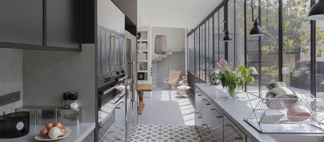 Spazi funzionali e grandi vetrate sul verde nella casa in stile industriale