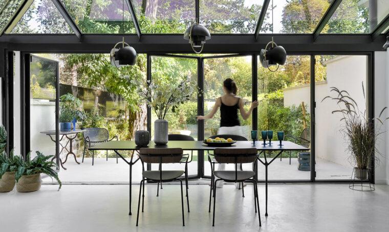 La grande veranda con ante a libro 'apre' la casa sul giardino