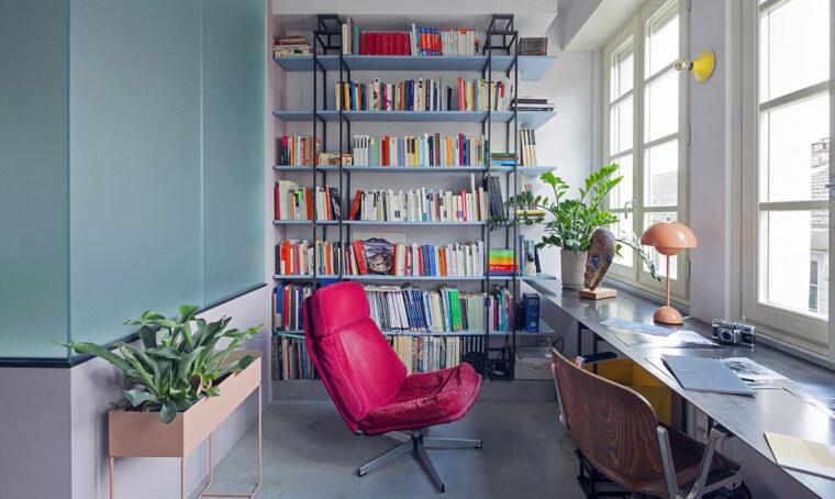 Soluzioni su misura e colori accesi rendono contemporanea la casa Anni '40