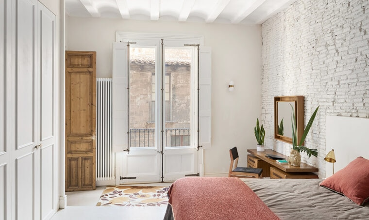 Estetica e materiali contemporanei per risaltare gli elementi originali della casa