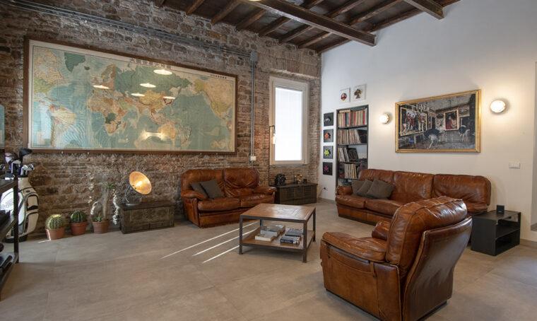 Un appartamento in stile industriale in un ex convento