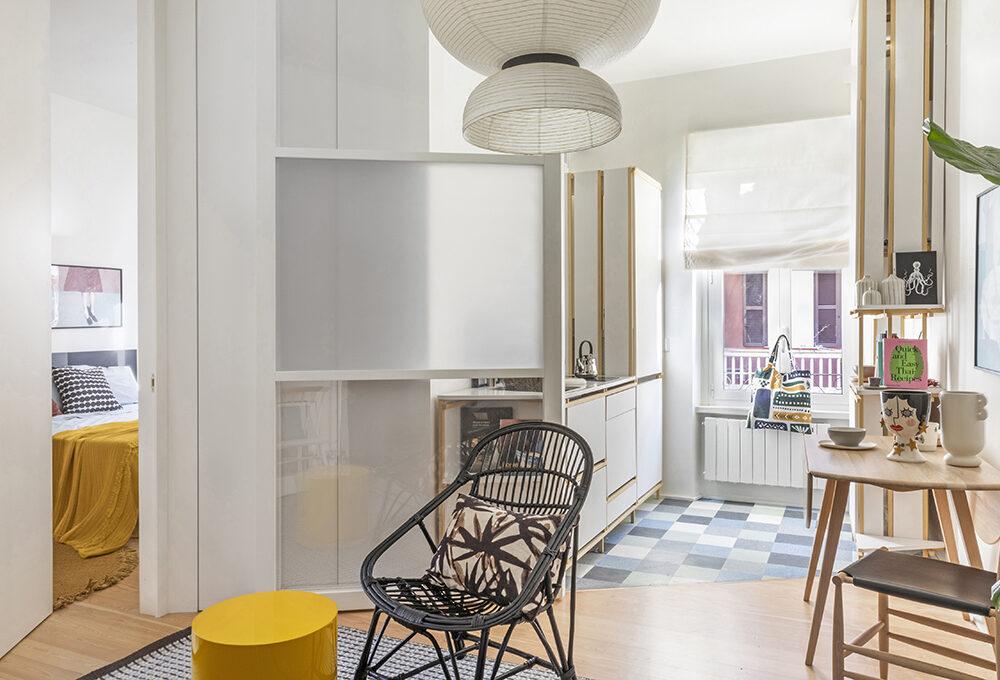 Cucina e armadi fai-da-te rendono originale il bilocale in affitto