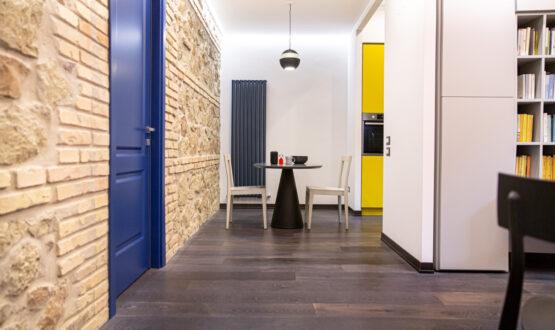 Un piccolo appartamento con i colori audaci