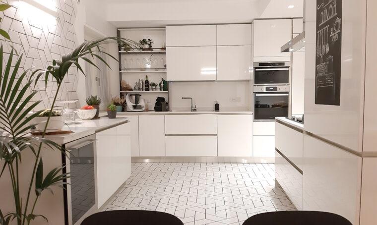 Tanto bianco e rivestimenti materici diventano decorazioni geometriche